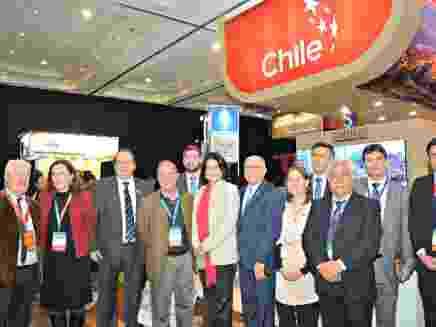Autoridades junto al stand de Chile en FIEXPO